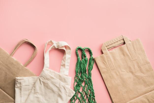 Sacchetti di carta per acquisti zero rifiuti sul rosa.