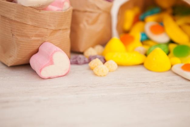 Sacchetti di carta pieni di caramelle