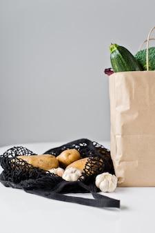 Sacchetti di carta riutilizzabili pieni di verdure fresche, zero rifiuti di plastica eco friendly gratuiti