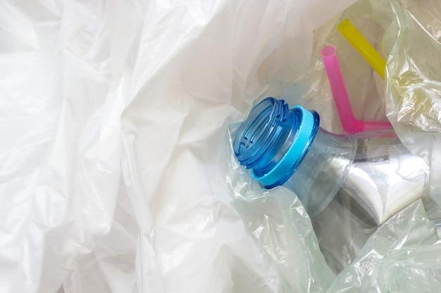 Sacchetti di plastica usati, bottiglia e cannucce.