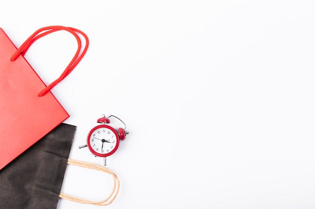 Sacchetti regalo e sveglia con copia-spazio