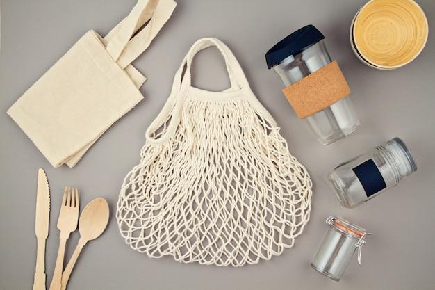Sacchetti riutilizzabili, barattoli di vetro e tazza da caffè per uno stile di vita senza plastica e zero sprechi