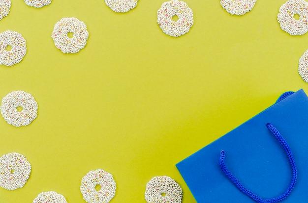 Sacchetto del regalo di compleanno con sfondo di colore