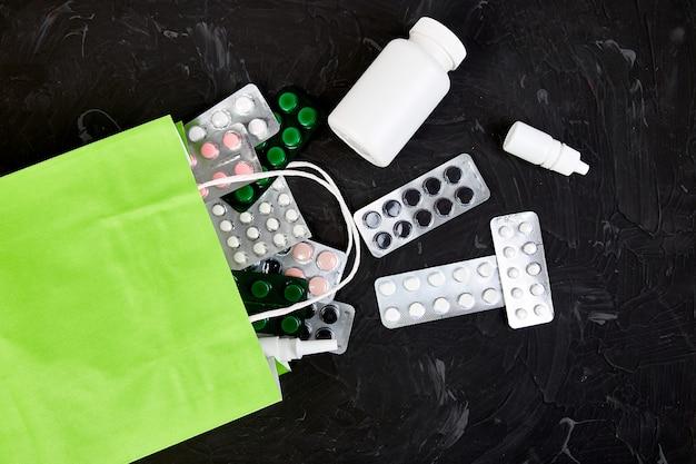 Sacchetto della spesa assortiti pillole e blister di medicina
