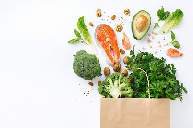 Sacchetto della spesa con alimento sano con la vista superiore dello spazio della copia