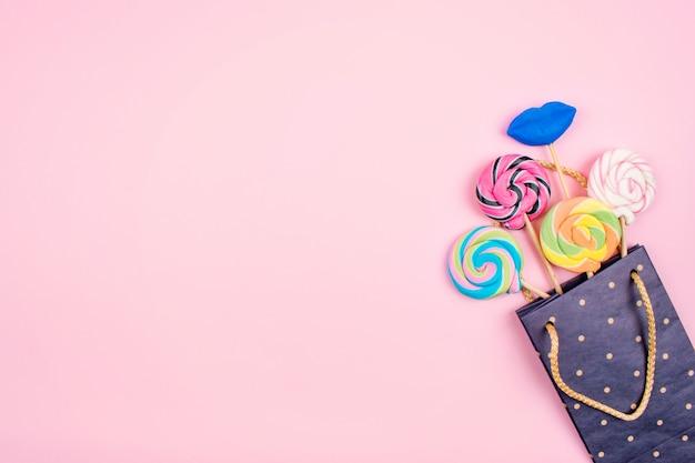 Sacchetto di carta con molti lecca-lecca colorati