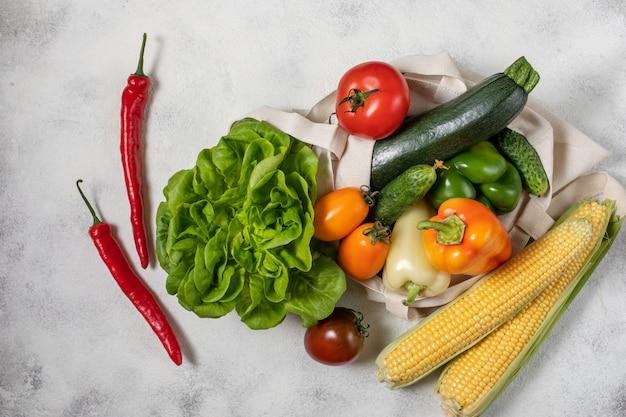 Sacchetto di carta e cotone di verdure sane