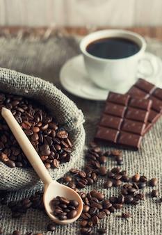 Sacchetto di chicchi di caffè e mattina tazza di caffè