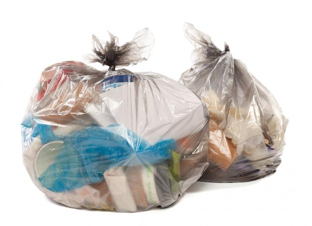Sacchetto di plastica pieno di rifiuti su bianco isolato