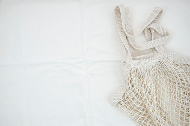 Sacchetto netto del cotone di vista superiore su priorità bassa bianca