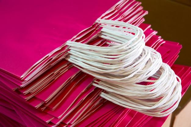 Sacchi di carta accatastati in un colore rosa di fabbrica