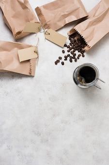 Sacchi di carta con etichette piene di chicchi di caffè