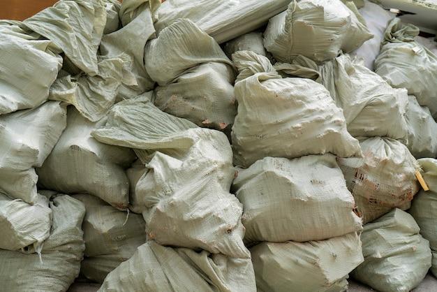 Sacchi di spazzatura grigi nella discarica.