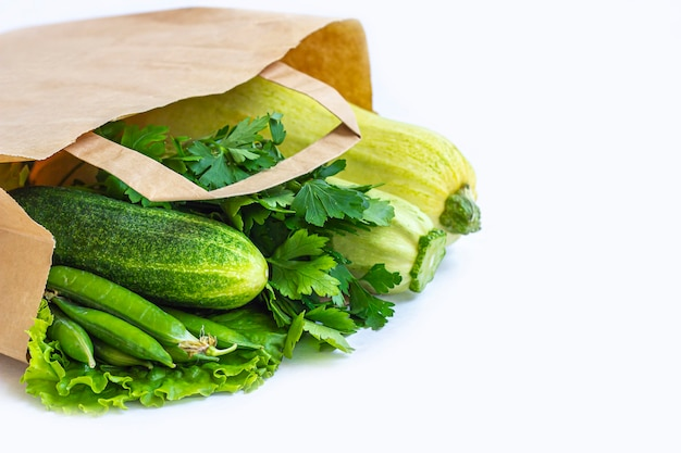 Sacco di carta con diverse verdure verdi sane