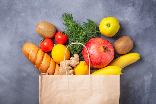 Sacco di carta con frutta e verdura