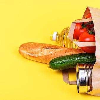Sacco di carta con prodotti alimentari
