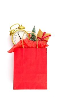 Sacco di carta con regali di natale, albero di natale e decorazioni