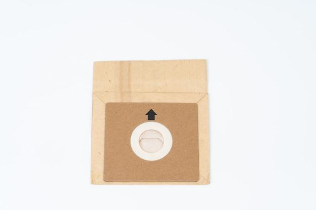 Sacco di carta dell'aspirapolvere su spazio bianco