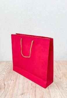 Sacco di carta rosso isolato su bianco