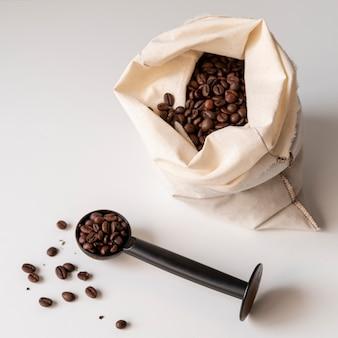 Sacco di gustosi chicchi di caffè tostato