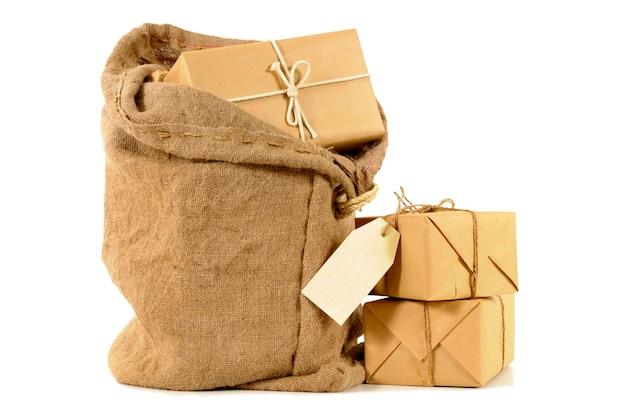 Sacco di posta con pacchetti avvolti
