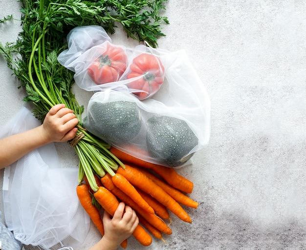 Sacco eco per rifiuti alimentari zero con carote, pomodori, vista dall'alto, sacchetti ecologici per verdure, imballaggio ecologico