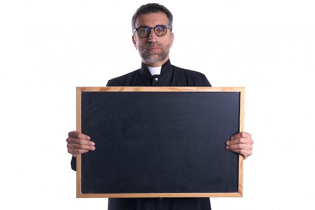 Sacerdote che tiene lo spazio vuoto della copia della lavagna