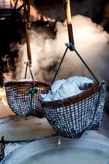 Saggezza popolare che fa bollire la salamoia per trasformarla in sale grosso