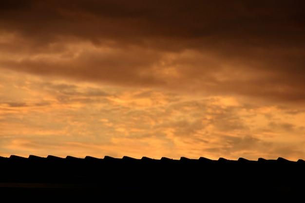 Sagoma del tetto di sera