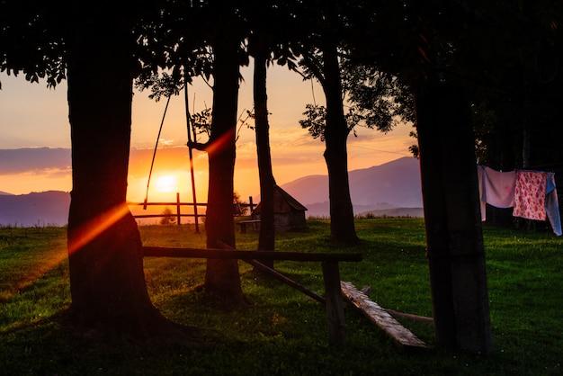 Sagoma del villaggio al tramonto