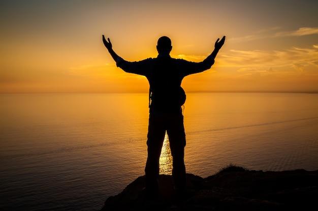 Sagoma dell'uomo al tramonto