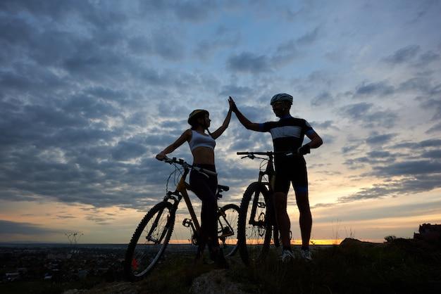 Sagome di due ciclisti dopo andare in bicicletta.