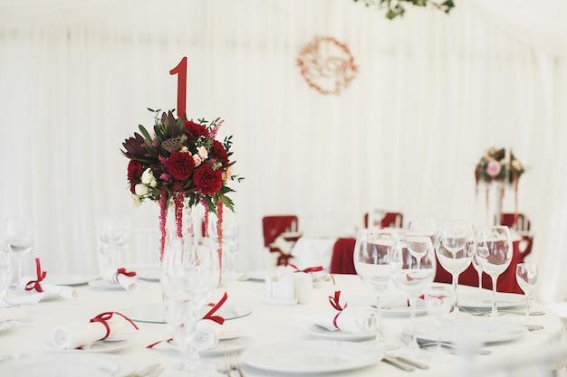 Sala banchetti sotto una tenda per un ricevimento di nozze.
