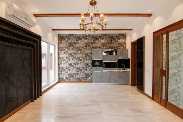 Sala da pranzo classica vuota con cucina