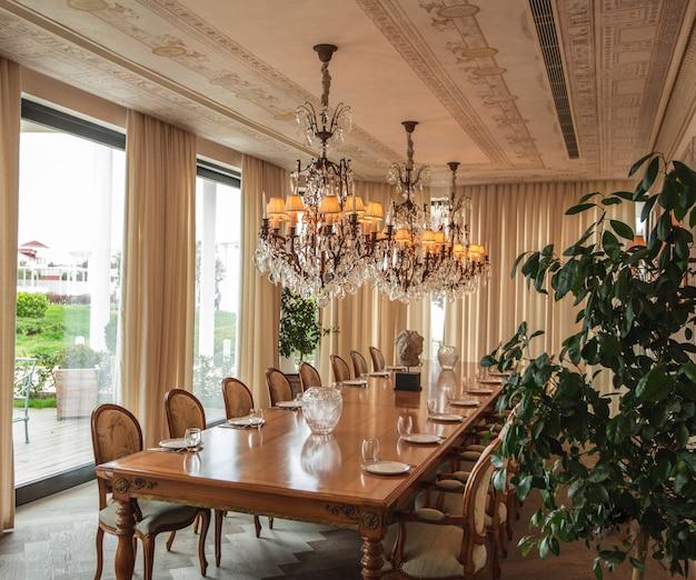 Sala da pranzo di colore beige tonalità interior design