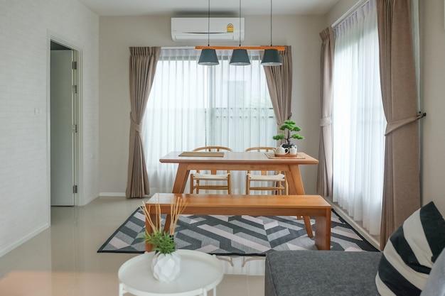 Sala da pranzo moderna con lampade a sospensione
