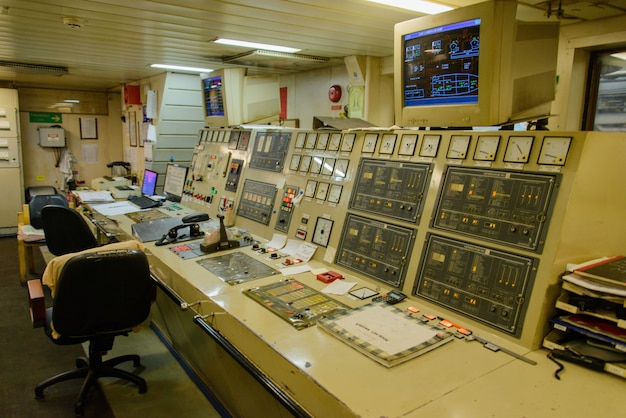 Sala di controllo del motore sulla grande nave
