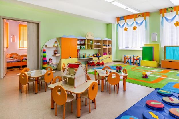 Sala giochi colorata con giocattoli all'asilo