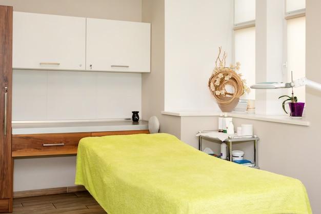 Sala massaggi interna. ufficio di cosmetologia, salone spa