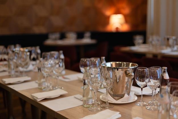 Sala nel ristorante, con tavoli preparati per la degustazione di vini