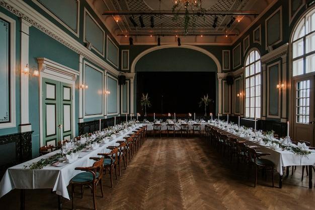 Sala ricevimenti nuziale con elegante tavola apparecchiata con candele