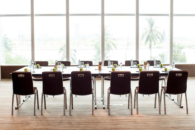 Sala riunioni vuota e tavola da conferenza
