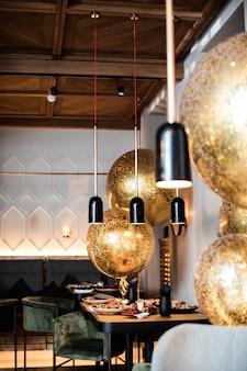 Sala semi-illuminata in stile loft in un ristorante con cucina a vista sullo spazio