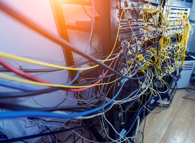 Sala server con computer per internet. cavi di rete collegati agli switch.