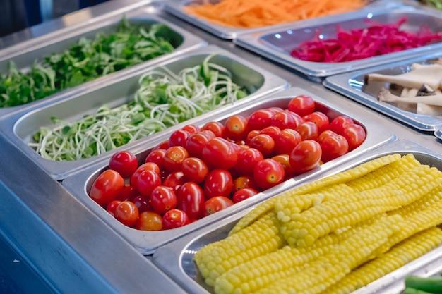 Salad bar con verdure nel ristorante, cibo sano