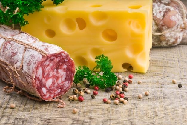 Salame italiano vicino a spezie e formaggio