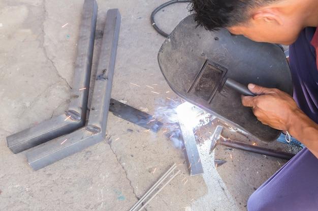 Saldare l'acciaio con l'elettricità