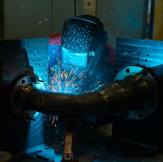 Saldatore che lavora con l'acciaio