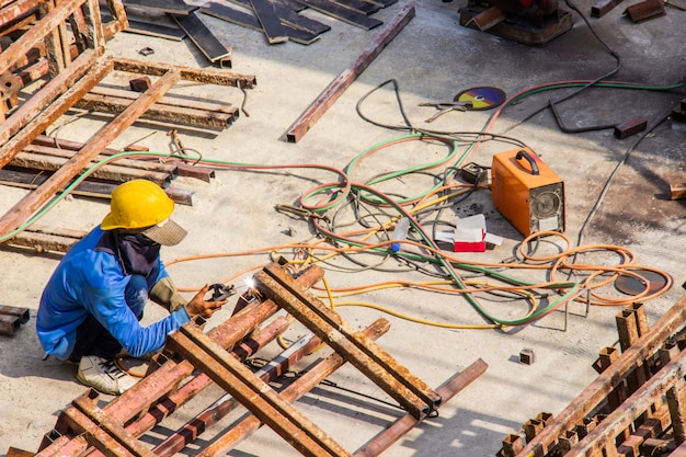 Saldatore industriale per la costruzione di lavori in acciaio nella zona di costruzione