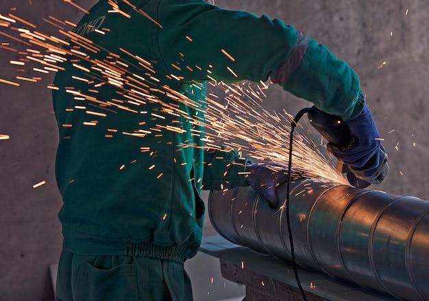 Saldatura ad arco di un acciaio in cantiere